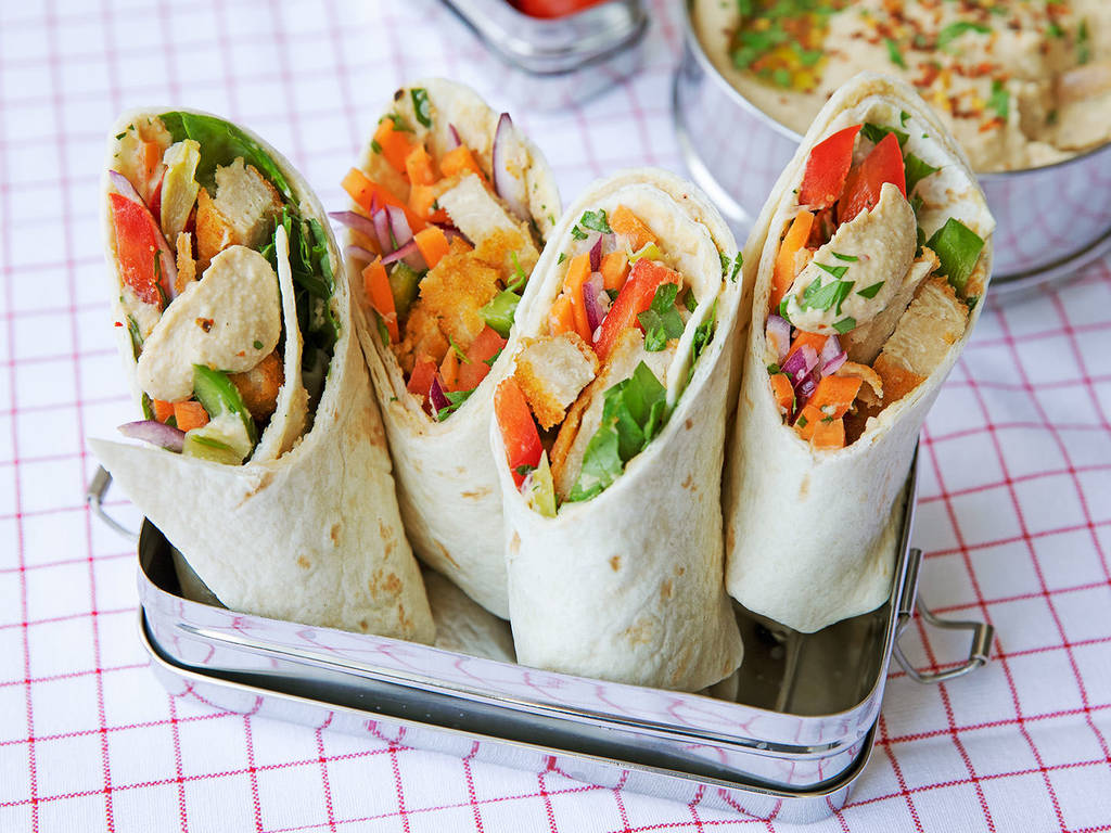 Vegetarische Wraps mit cremigem Hummus