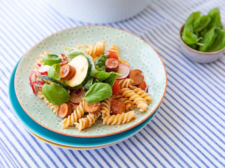 Sommer-Nudelsalat mit Fetakäse und vegetarischen Würstchen