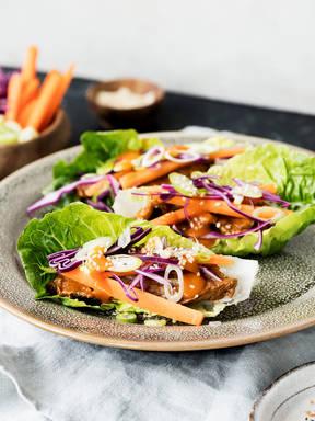 Koreanisch inspirierte Salatwraps mit Rindfleisch