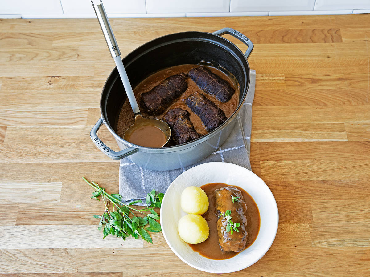 牛肉卷佐意大利熏火腿和土豆饺子