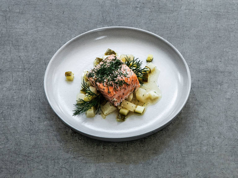 Oven-baked salmon with kohlrabi and cucumber