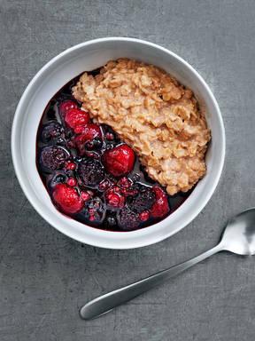 Porridge mit Beerenkompott
