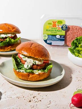 Vegane Mühlen Burger mit Gartenkräuter-Mayo und eingelegten Radieschen