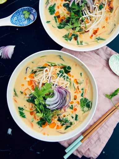 Thai-Erdnuss-Kokos-Suppe mit Reisnudeln