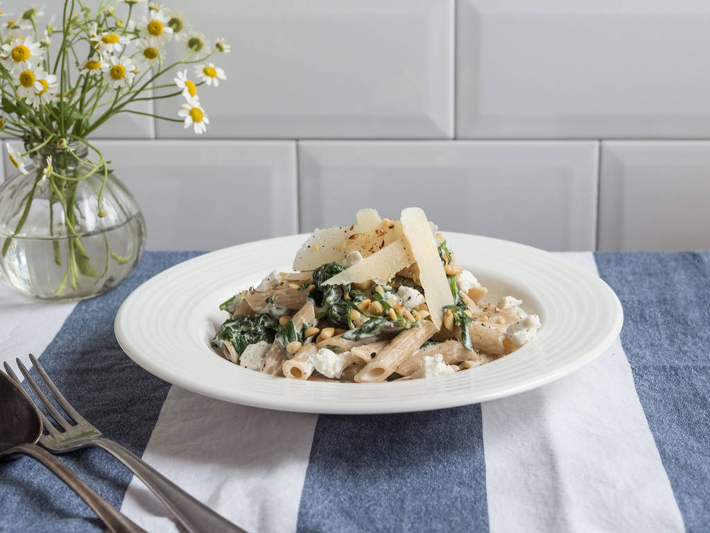 Spelt pasta with goat cheese and spinach