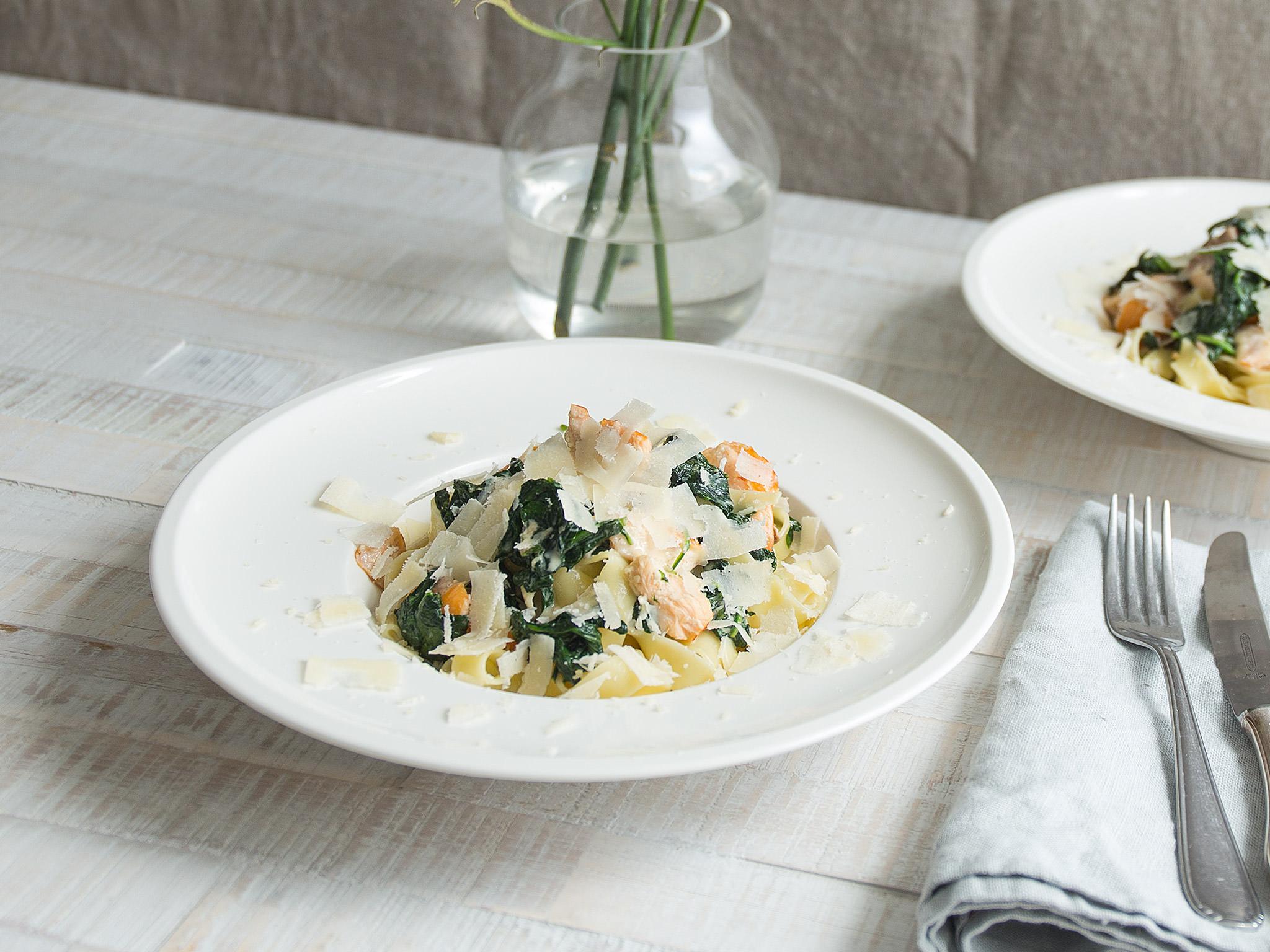 Tagliatelle with salmon-spinach cream sauce | Recipe | Kitchen Stories
