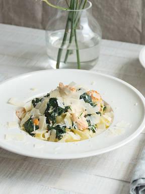 Tagliatelle with salmon-spinach cream sauce