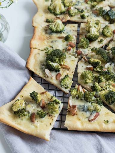 Broccoli and Gorgonzola pizza