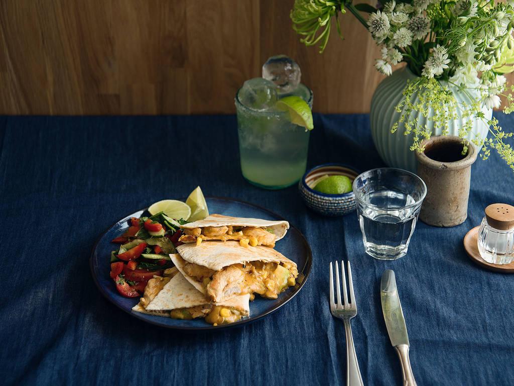 Quesadillas mit Hähnchen auf Paprika-Gurkensalat