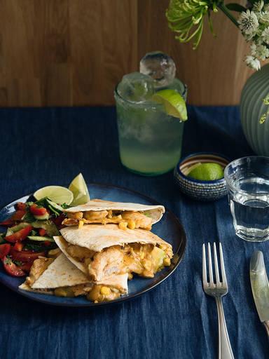 墨西哥鸡肉切达芝士煎玉米饼佐沙拉