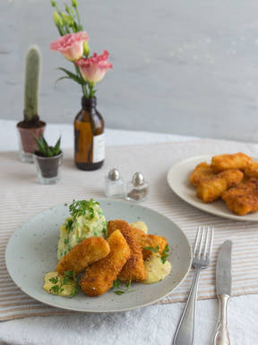 Fish fingers with mashed potatoes and remoulade