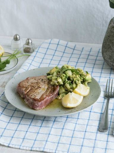 Tuna steak with cucumber guacamole