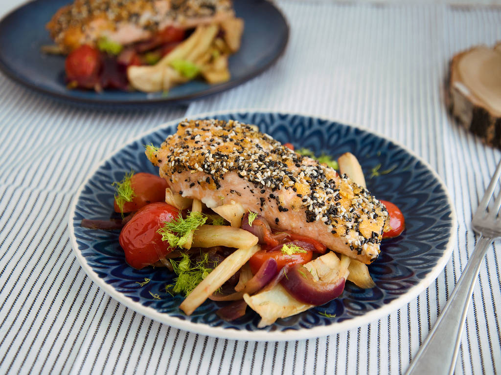 Sesame-crusted salmon with fennel and tomatoes