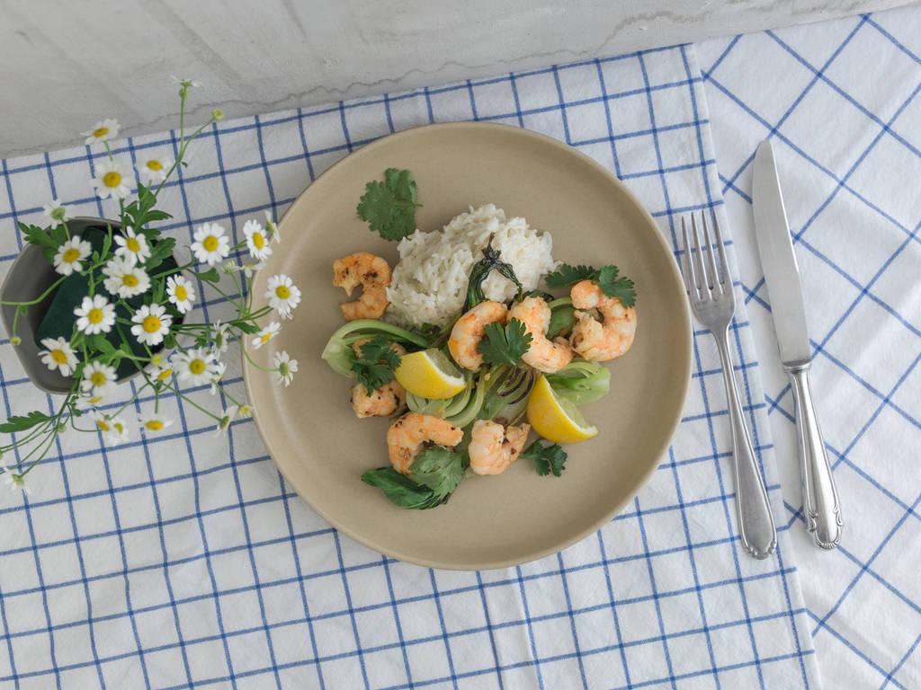 大虾佐小白菜和椰奶米饭