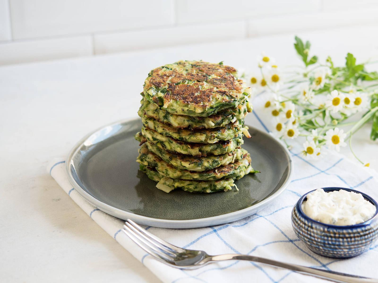 Zucchini-Parmesan pancakes with dip