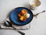 Gegrillte Pfirsiche mit Streuseln und Vanilleeis