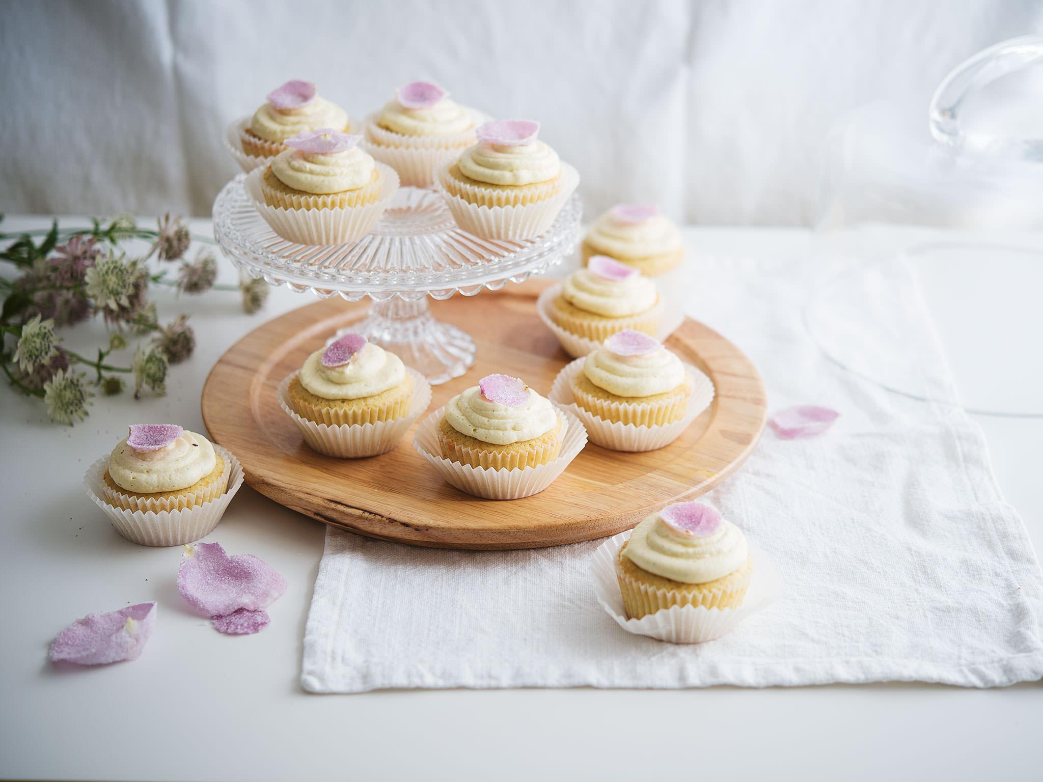 hochzeits cupcakes rezept mit video kitchen stories. Black Bedroom Furniture Sets. Home Design Ideas