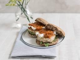 Puten-Burger mit Camembert und Aprikosen-Chutney