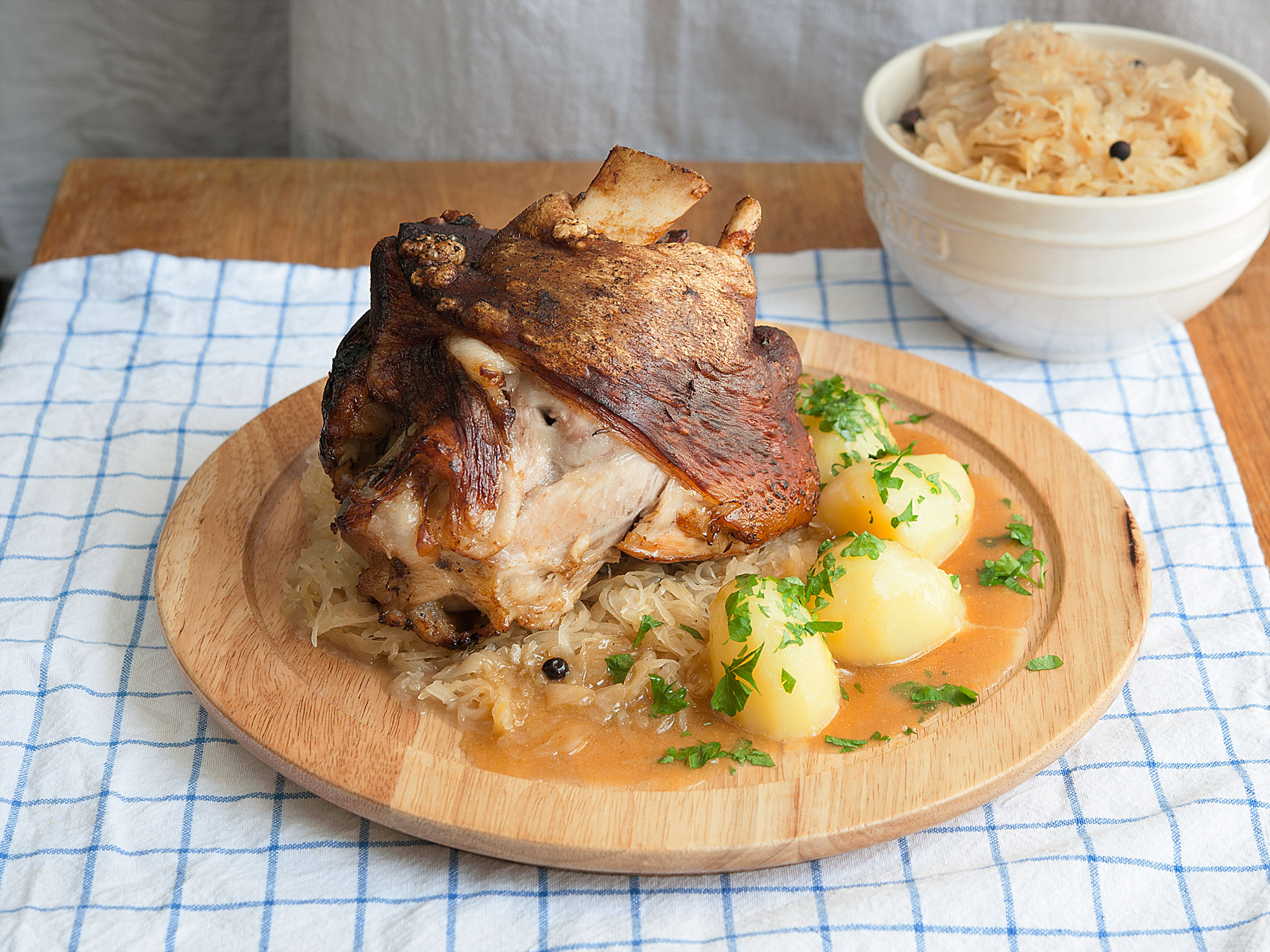 schweinshaxe mit sauerkraut und kartoffeln rezept kitchen stories. Black Bedroom Furniture Sets. Home Design Ideas