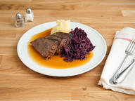Roast beef with red cabbage and mashed potatoes