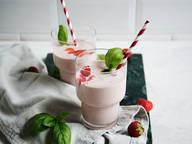 Cashew-Erdbeer-Basilikum-Shake