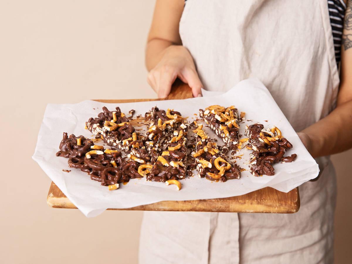 3-ingredient chocolate caramel pretzel bark