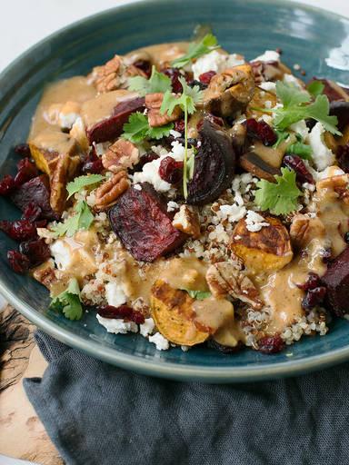 Quinoa-Salat mit Rote Bete, Süßkartoffel und Miso-Dressing