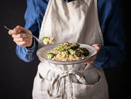 Gebratener Brokkoli auf Couscous und Zitronen-Joghurt