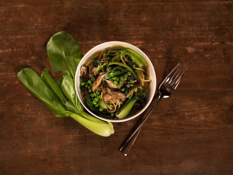 Bunter Nudelsalat nach asiatischer Art