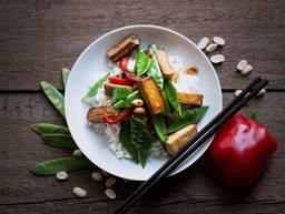 Gebratener Tofu mit Zuckerschoten und Erdnüssen