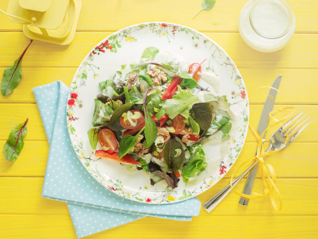 Sommerlicher Salat mit Blauschimmelkäse-Dressing
