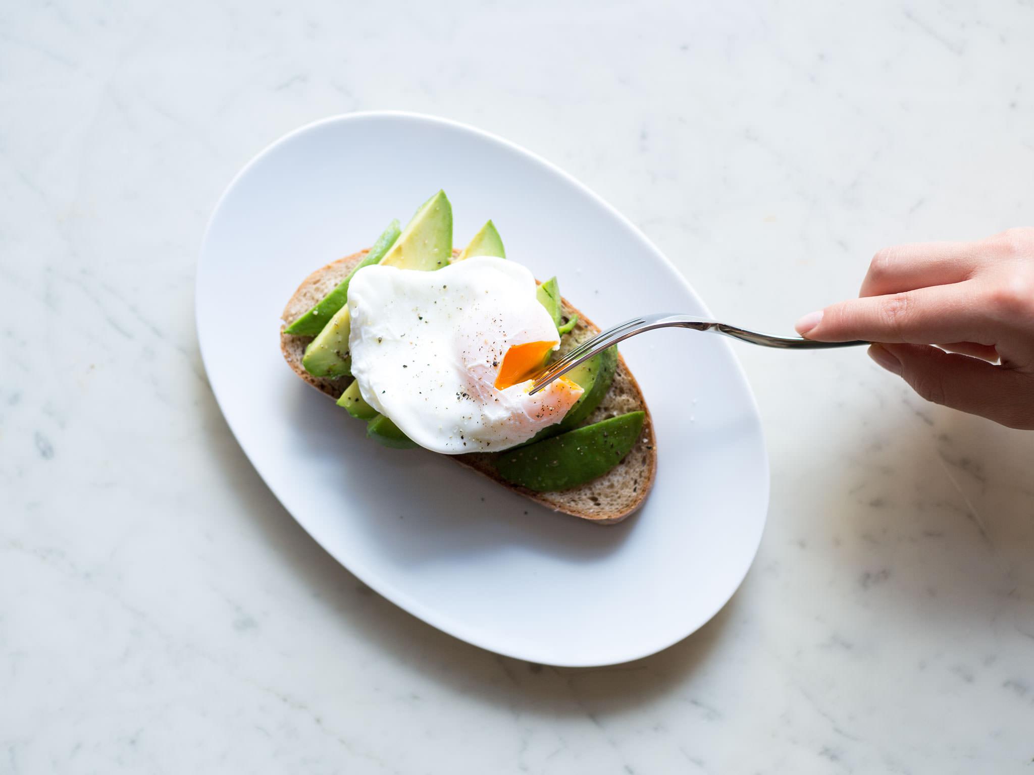 pochierte eier auf avocado toast rezept mit video kitchen stories. Black Bedroom Furniture Sets. Home Design Ideas