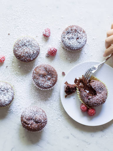 Himbeer-Schokoladen-Cupcakes mit flüssigem Kern