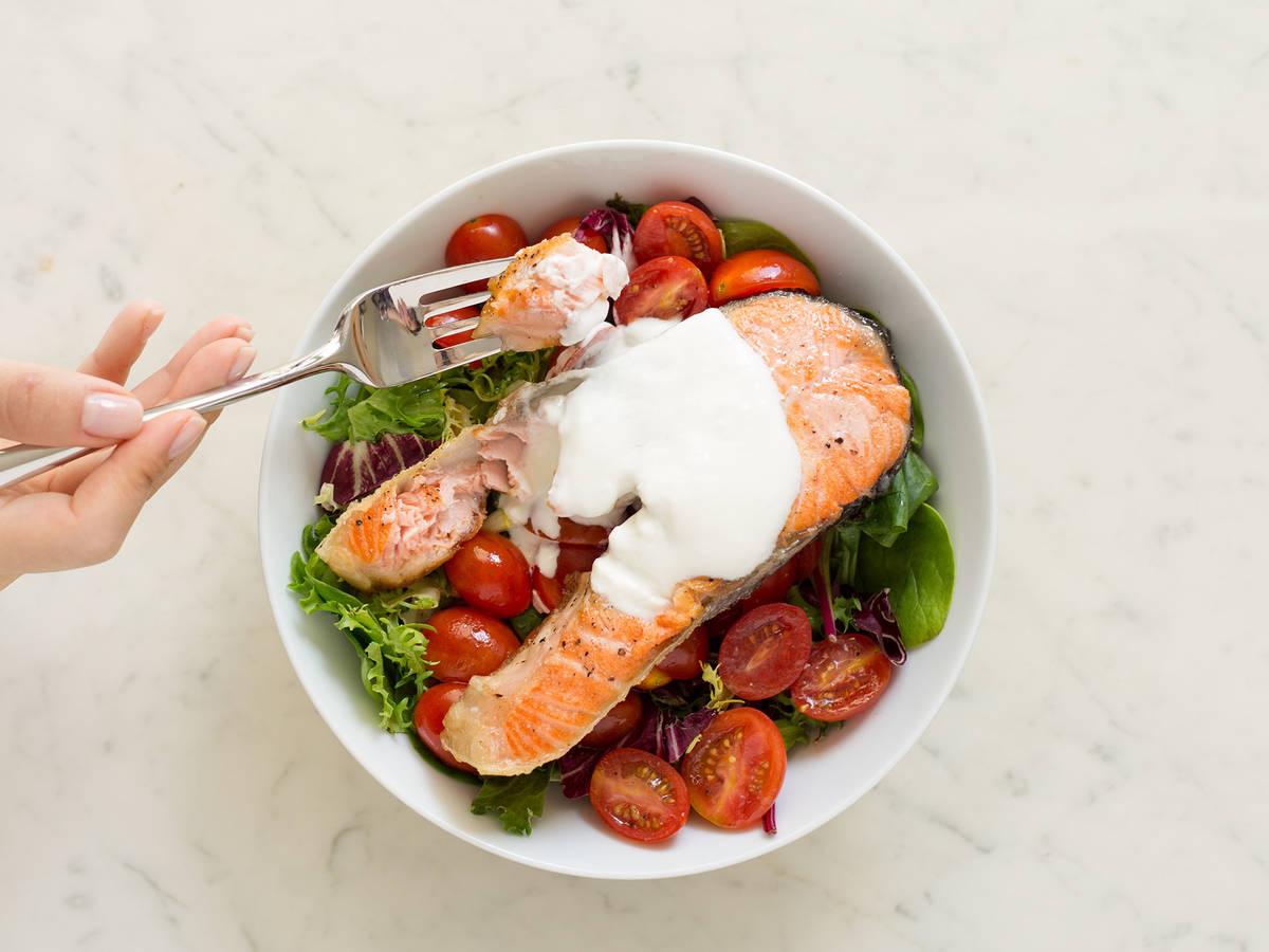 Gebratener Lachs auf Salatbett