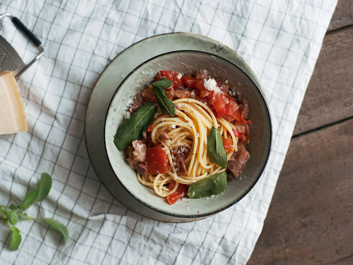 Spaghetti all'Amatriciana mit frittiertem Salbei