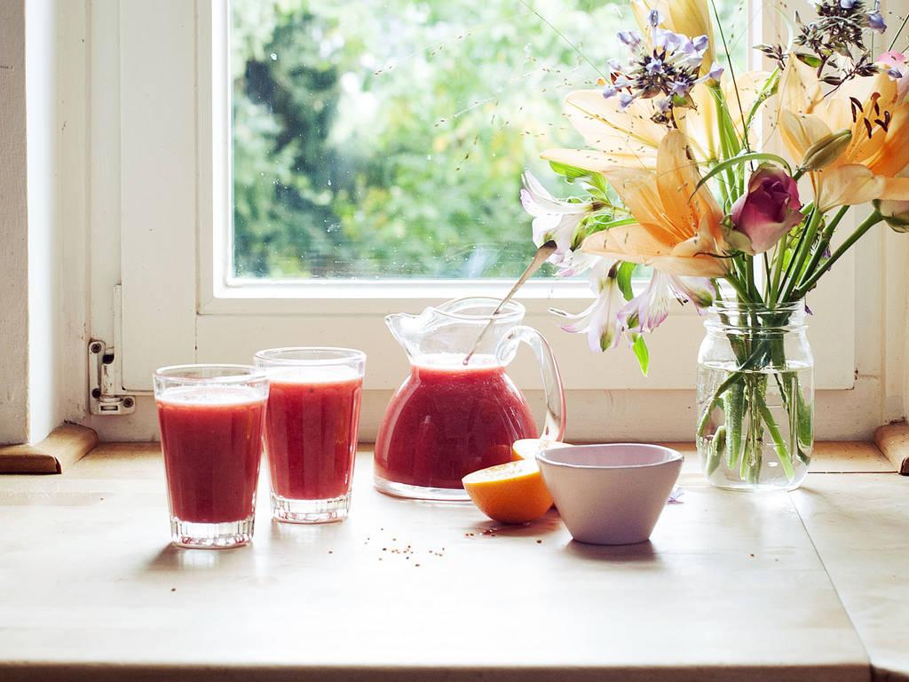 Frischer Granatapfel-Orangen-Saft