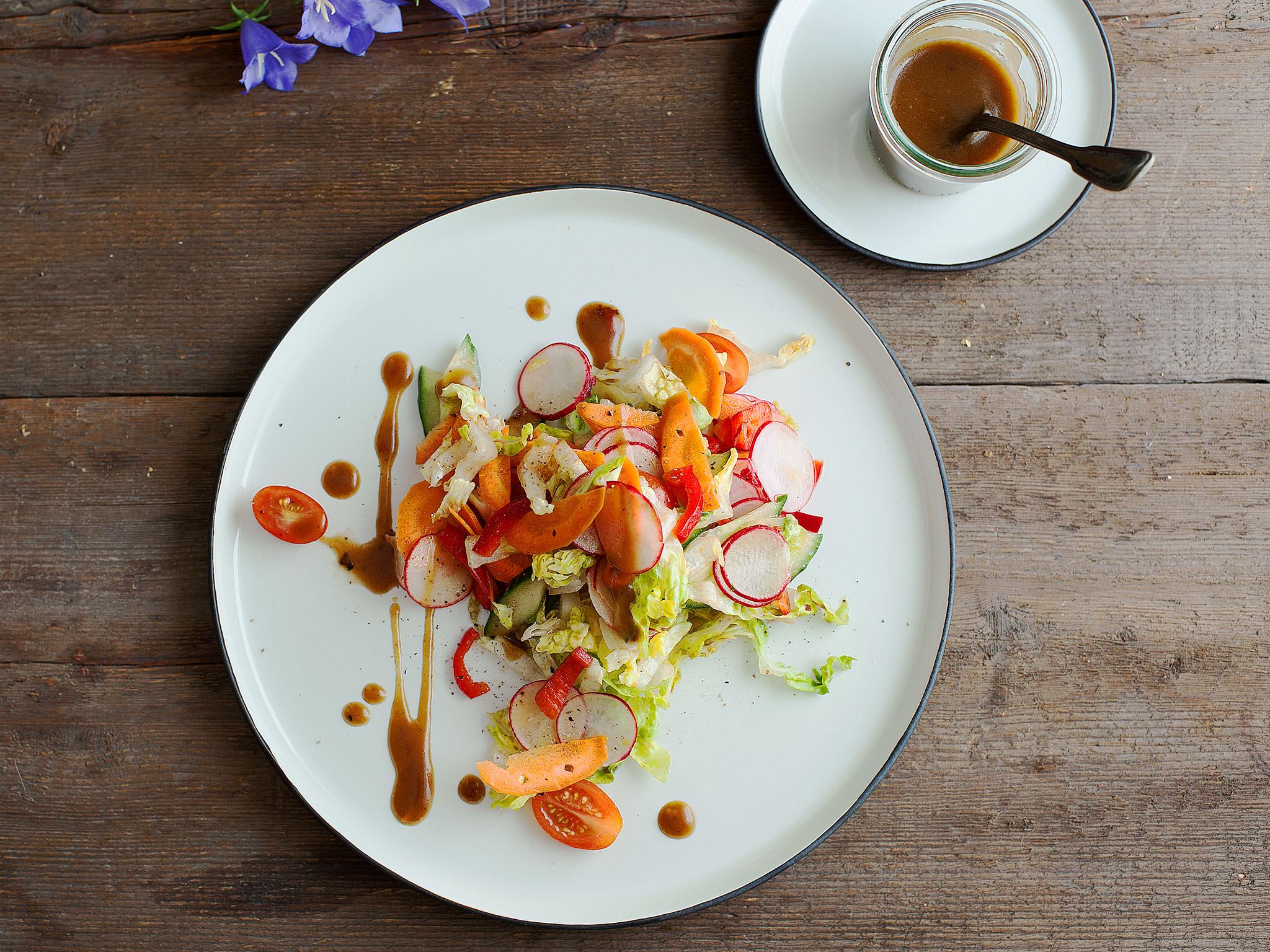 gemischter salat mit balsamico honig senf dressing rezept kitchen stories. Black Bedroom Furniture Sets. Home Design Ideas