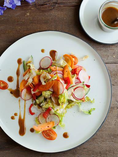Gemischter Salat mit Balsamico-Honig-Senf-Dressing
