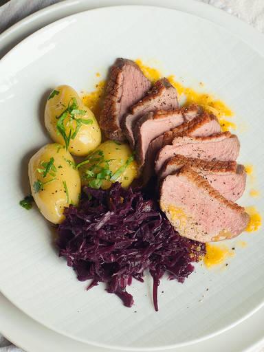 烤鸭胸配红卷心菜和小土豆