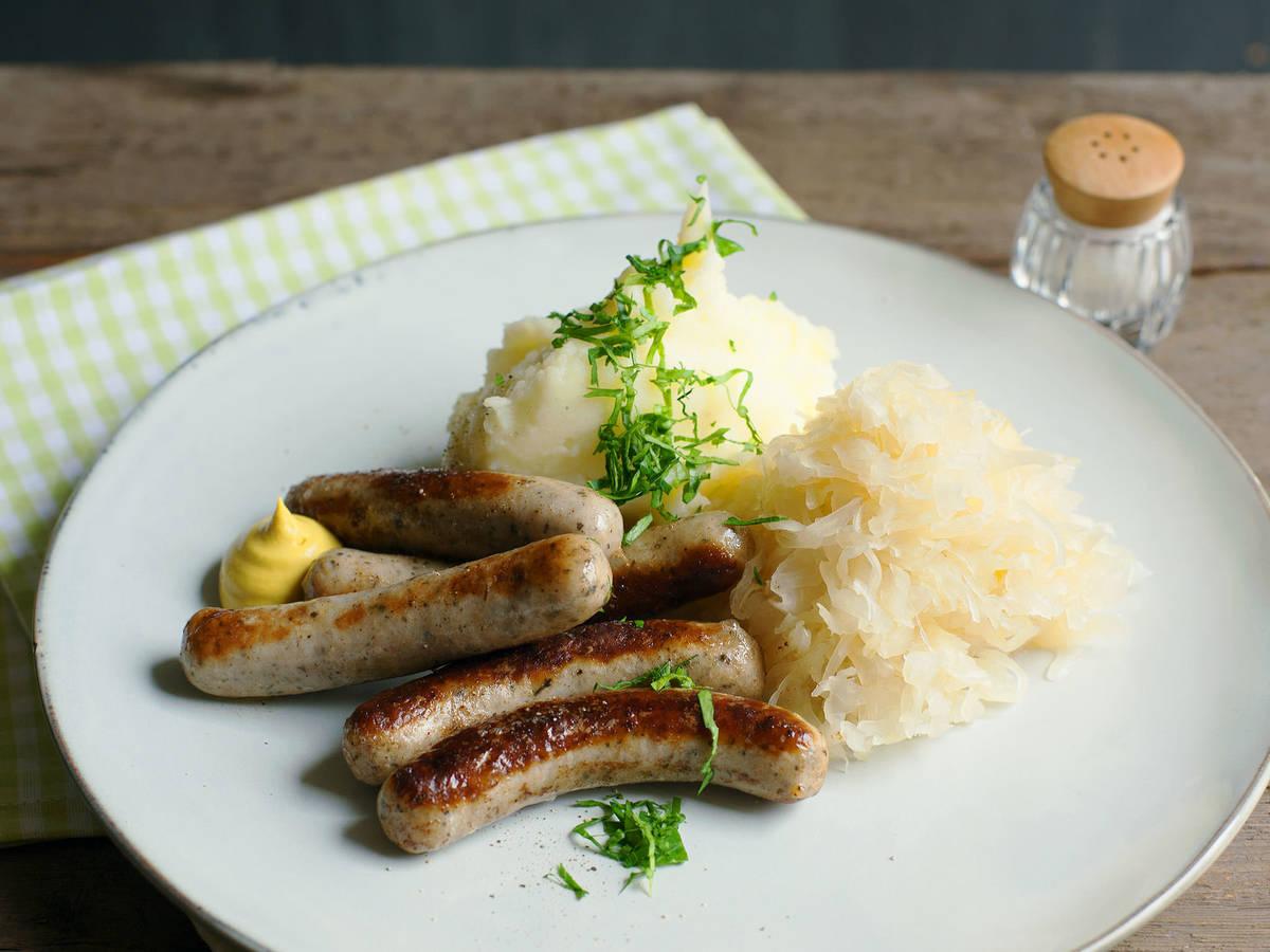 Nürnberger Rostbratwürste mit Sauerkraut und Kartoffelpüree