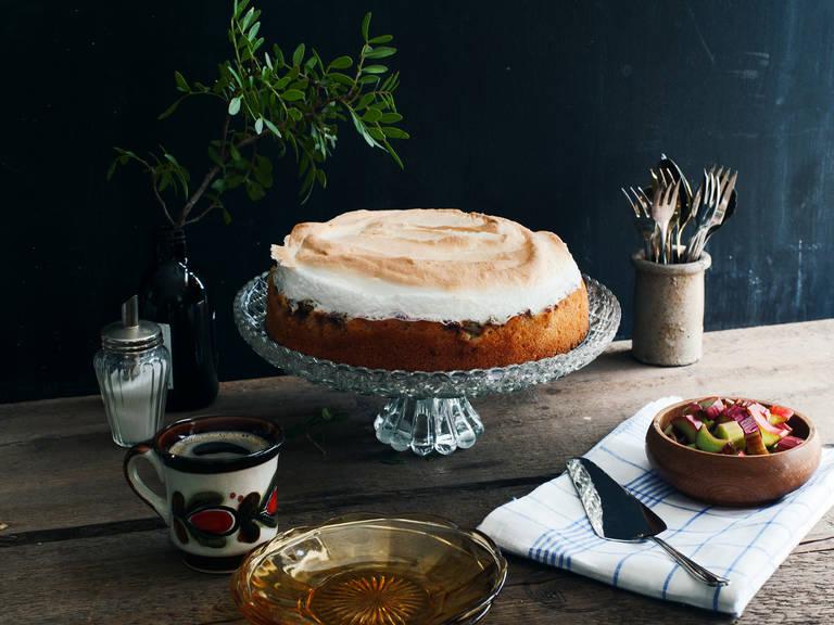 Rhubarb meringue cake