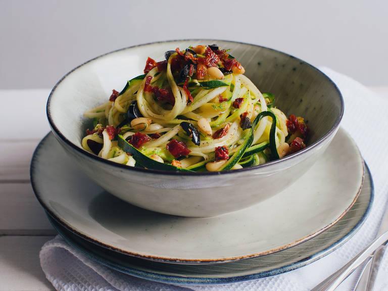 Mediterranean zucchini spaghetti with lemon sauce
