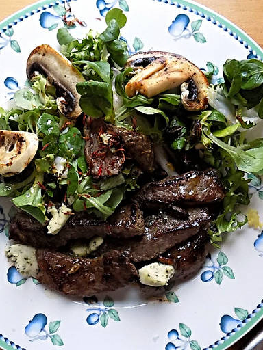 Steak salad with mushrooms