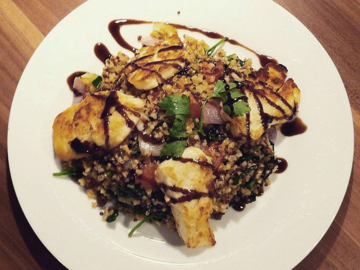 Bulgur stir-fry with vegetables and halloumi