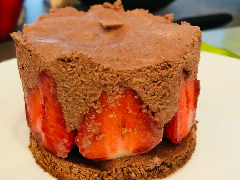 Chocolate mousse tarts with strawberries