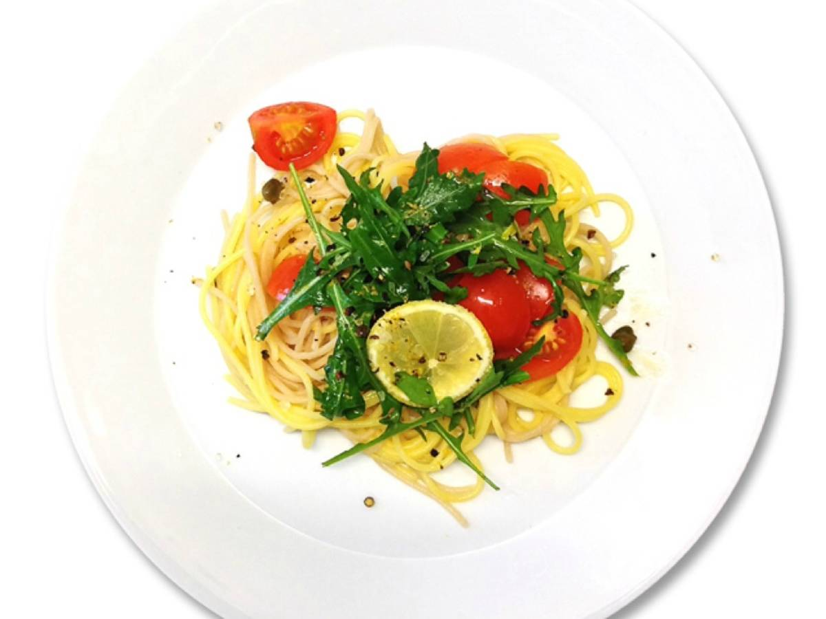 Gluten-free spaghetti with tomatoes and arugula