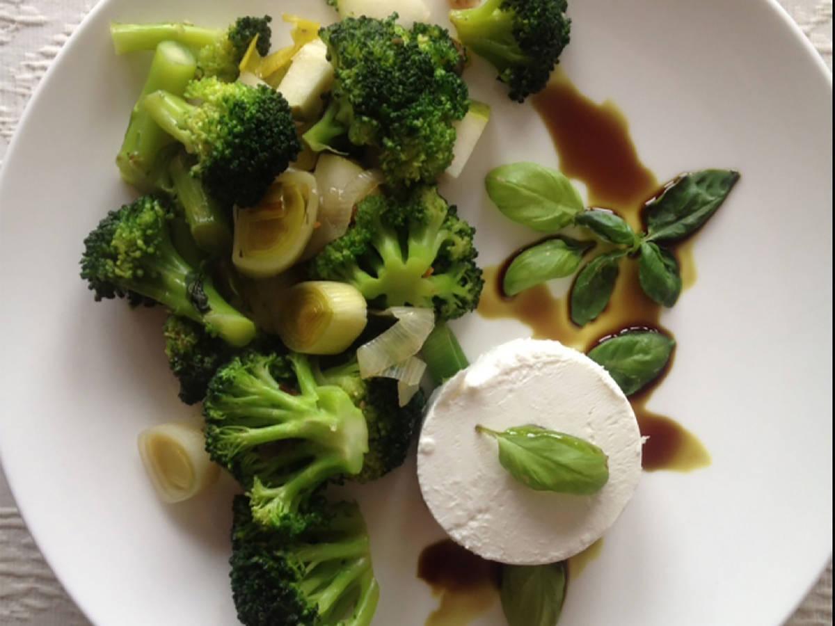 Grüne Gemüsepfanne mit Ziegenkäse und Walnüssen