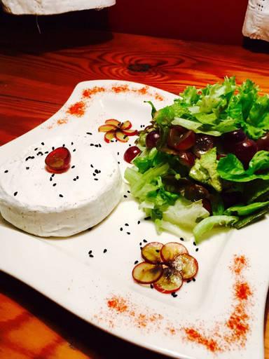 Lollo Rosso Salat mit gegrilltem Camembert