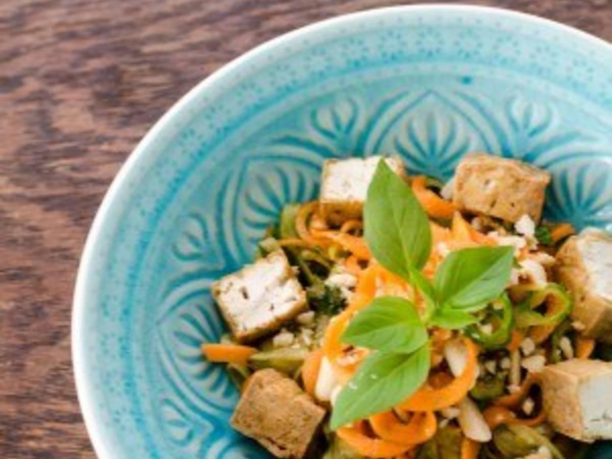 Pad thai salad with fried tofu