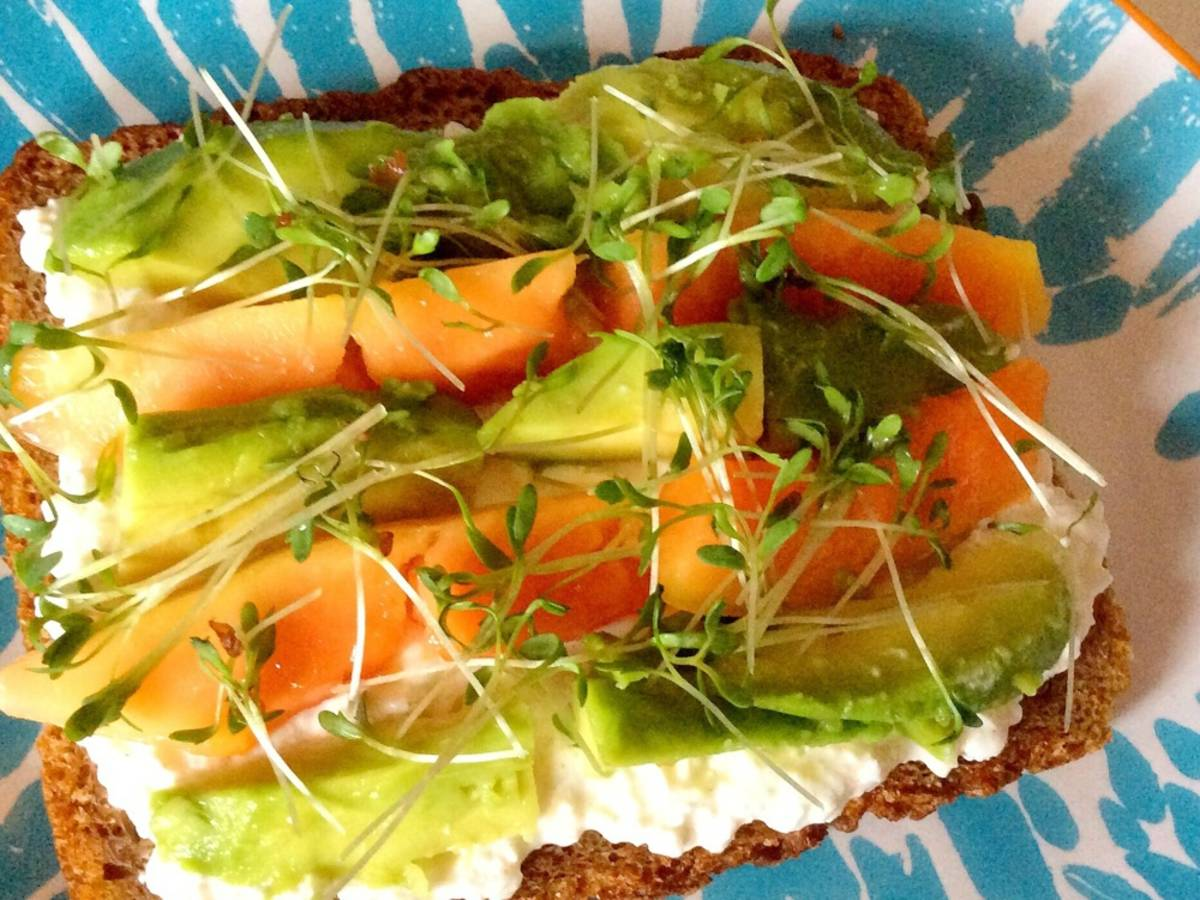 Papaya-avocado sandwich